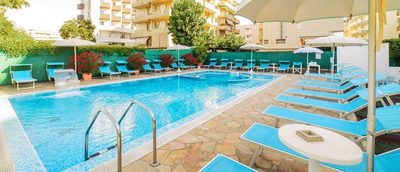 Residence cattolica con parcheggio recintato e coperto - Residence rimini con piscina ...